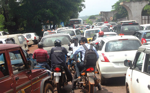 Traffic snarls continued for the second consecutive day along the National Highway at Porvorim on Tuesday following the closure of the service road by GSIDC, which began its work on Monday.