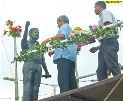 Chief Minister Manohar Parrikar unveils the statue of late Matanhy Saldanha at Cansaulim.