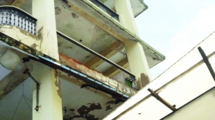 Hospicio grill collapses injuring woman