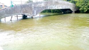 High tide water inundates Rua de Ourem