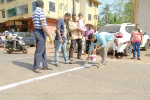 Frustrated at PWD, Aquem panchayat  paints speed breaker
