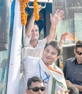 Rahul holds roadshow in MP, attacks Modi govt