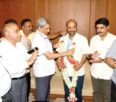 CM Parrikar congratulating Vinay Tendulkar.