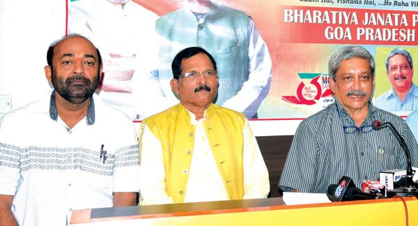 Chief Minister Manohar Parrikar, Vinay Tendulkar and Shripad Naik at a press conference.